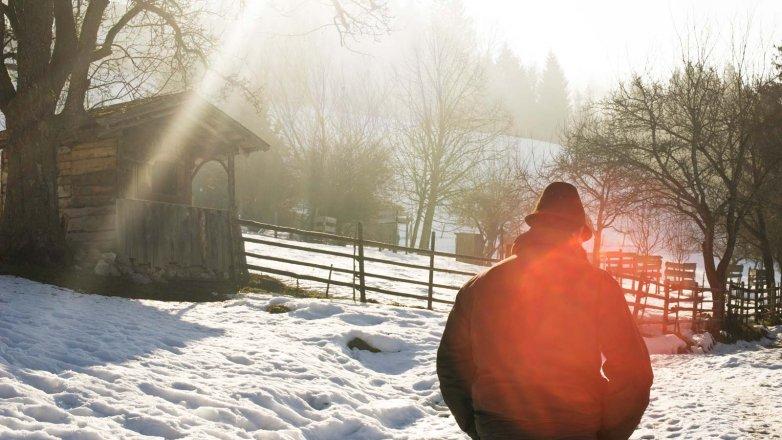 Bergbauer Ellmauer spaziert durch seinen Bergwald
