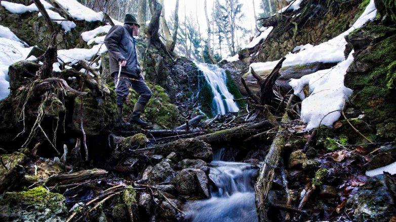 Bergbauer Ellmauer bei seinem Wasserfall