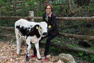 Dagmar Schratter mit Kuh c Daniel Zupanc